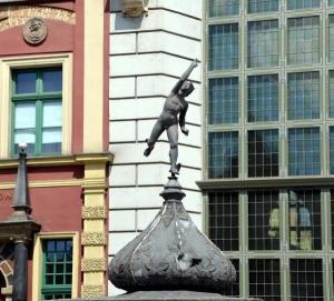 Figura hermesa - zadaszenie wejścia Piwnicy Rajców